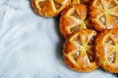 Μίνι πίτες μήλων με το υπόβαθρο ζάχαρης Στοκ Εικόνα