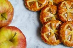 Μίνι πίτες μήλων με το υπόβαθρο ζάχαρης Στοκ Φωτογραφίες