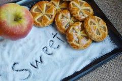 Μίνι πίτες μήλων με το υπόβαθρο ζάχαρης Στοκ Φωτογραφία