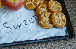 Μίνι πίτες μήλων με το υπόβαθρο ζάχαρης Στοκ εικόνες με δικαίωμα ελεύθερης χρήσης