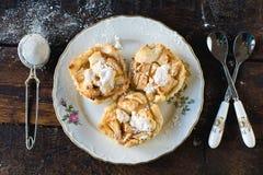 Μίνι πίτες μήλων στο πιάτο Στοκ φωτογραφία με δικαίωμα ελεύθερης χρήσης