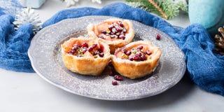 Μίνι πίτες μήλων Χριστουγέννων με τους σπόρους ροδιών απαγορευμένα Στοκ φωτογραφία με δικαίωμα ελεύθερης χρήσης