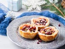 Μίνι πίτες μήλων Χριστουγέννων με τους σπόρους ροδιών Στοκ Φωτογραφία