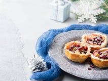 Μίνι πίτες μήλων Χριστουγέννων με το ρόδι διάστημα αντιγράφων Στοκ Εικόνες