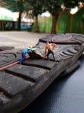 Μίνι προνύμφη εργαζομένων παιχνιδιών αριθμού επάνω στο αμμοχάλικο από μαύρο λαστιχένιο ολισθηρό στοκ φωτογραφίες