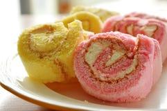 Μίνι ρόλος μαρμελάδας φραουλών και βανίλιας κατάλληλος για το ένα κομμάτι στο πιάτο Στοκ Εικόνες