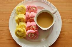 Μίνι ρόλος μαρμελάδας φραουλών και βανίλιας με τον καφέ στο πιάτο Στοκ εικόνες με δικαίωμα ελεύθερης χρήσης