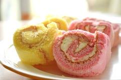 Μίνι ρόλος μαρμελάδας φραουλών και βανίλιας στο πιάτο Στοκ φωτογραφία με δικαίωμα ελεύθερης χρήσης