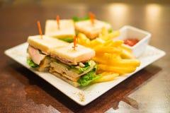 Μίνι σάντουιτς με τα τηγανισμένα τηγανητά και σάλτσα ντοματών σε ένα άσπρο πιάτο Στοκ εικόνα με δικαίωμα ελεύθερης χρήσης