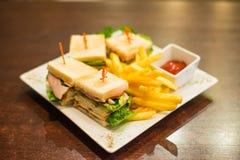 Μίνι σάντουιτς με τα τηγανισμένα τηγανητά και σάλτσα ντοματών σε ένα άσπρο πιάτο Στοκ Φωτογραφία
