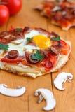 Μίνι σπιτική πίτσα προγευμάτων στοκ φωτογραφία