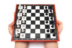 Μίνι συμπαγές σκάκι με τους μικρούς αριθμούς στα χέρια Στοκ εικόνες με δικαίωμα ελεύθερης χρήσης