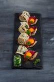 Μίνι σύνολο τροφίμων σάντουιτς Brushetta ή αυθεντικά παραδοσιακά ισπανικά tapas για τον πίνακα μεσημεριανού γεύματος Εύγευστο πρό Στοκ Φωτογραφία