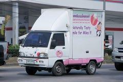 Μίνι φορτηγό παράδοσης του γάλακτος χαμόγελου Στοκ εικόνα με δικαίωμα ελεύθερης χρήσης