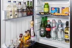 μίνι φραγμός με τα μη αλκοολούχα ποτά, τη βότκα, το κρασί και την μπύρα στο ξενοδοχείο ro Στοκ Φωτογραφίες