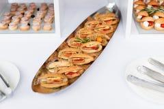 Μίνι χάμπουργκερ, τρόφιμα δάχτυλων, μίνι burgers, τρόφιμα κομμάτων, ολισθαίνοντες ρυθμιστές Στοκ Εικόνες
