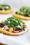 Μίνι χορτοφάγες πίτσες ζύμης ριπών στοκ εικόνες