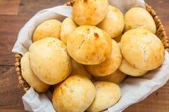 Μίνι ψωμί στο καλάθι Στοκ Εικόνες