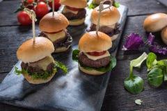 Μίνι burgers βόειου κρέατος, τρόφιμα κομμάτων στοκ εικόνα με δικαίωμα ελεύθερης χρήσης