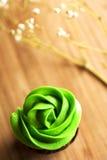 Μίνι cupcake σοκολάτας με το πράσινο πάγωμα τυριών κρέμας Στοκ Φωτογραφία