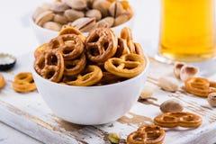 Μίνι pretzels στον ξύλινο πίνακα στοκ φωτογραφίες με δικαίωμα ελεύθερης χρήσης