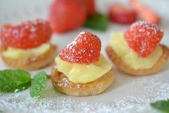 Μίνι tartletts φραουλών Στοκ Εικόνες