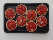 Μίνι tarts φραουλών σε έναν δίσκο στοκ εικόνες