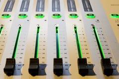 μίξη κονσολών υγιές ύφος μουσικής s αναμικτών εξοπλισμού του DJ Στοκ Εικόνα