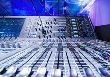 μίξη κονσολών υγιές ύφος μουσικής s αναμικτών εξοπλισμού του DJ Στοκ Φωτογραφίες
