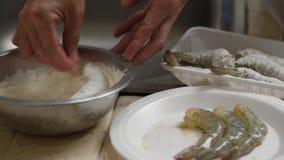 Μίξη της γαρίδας με το αλεύρι tempura σε ένα κύπελλο απόθεμα βίντεο