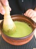 Μίξη του ιαπωνικού πράσινου τσαγιού Matcha Στοκ εικόνα με δικαίωμα ελεύθερης χρήσης