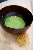 Μίξη του ιαπωνικού πράσινου τσαγιού Matcha Στοκ φωτογραφία με δικαίωμα ελεύθερης χρήσης