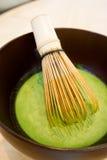 Μίξη του ιαπωνικού πράσινου τσαγιού Matcha Στοκ εικόνες με δικαίωμα ελεύθερης χρήσης