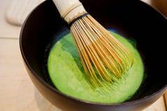 Μίξη του ιαπωνικού πράσινου τσαγιού Matcha Στοκ Εικόνες