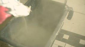 Μίξη του κονιάματος σε έναν κάδο απόθεμα βίντεο