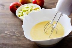 Μίξη του κτυπήματος ή της ζύμης για το κέικ Apple-αχλαδιών ή muffin ή την τηγανίτα Κλείστε επάνω στα ξύλινα επιτραπέζια γ συστατι Στοκ Φωτογραφίες