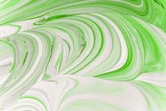 Μίξη του πράσινου χρώματος με ένα φωτεινό άσπρο εσωτερικό ακρυλικό χρώμα Στοκ Φωτογραφίες