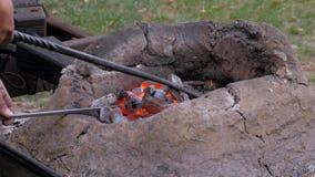 Μίξη των καίγοντας ανθράκων στο μεσαιωνικό φούρνο απόθεμα βίντεο