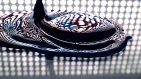 Μίξη των πυκνών υγρών κόκκινων και μπλε χρωμάτων με ένα μακρο βίντεο βουρτσών απόθεμα βίντεο