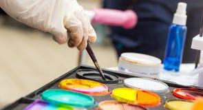 Μίξη των χρωμάτων σε μια παλέτα Στοκ φωτογραφίες με δικαίωμα ελεύθερης χρήσης