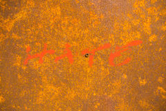 Μίσος λέξης που χρωματίζεται στο υπόβαθρο με τη σκουριά στο χάλυβα Στοκ φωτογραφία με δικαίωμα ελεύθερης χρήσης