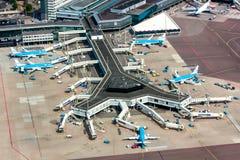 11 Μαΐου 2011, Άμστερνταμ, Κάτω Χώρες Εναέρια άποψη του αερολιμένα Schiphol Άμστερνταμ με τα αεροπλάνα από KLM Στοκ Εικόνες