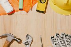 1 Μαΐου η εικόνα μπορεί 1 άσπρο ξύλινο ημερολόγιο φραγμών με το constr Στοκ εικόνες με δικαίωμα ελεύθερης χρήσης