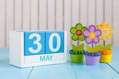 30 Μαΐου Η εικόνα μπορεί ξύλινο ημερολόγιο χρώματος 30 στο άσπρο υπόβαθρο με το λουλούδι Ημέρα άνοιξη, κενό διάστημα για το κείμε Στοκ Εικόνες