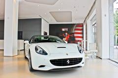20 Μαΐου 2012 Κίεβο, Ουκρανία Άσπρο supercar Ferrari Καλιφόρνια στοκ εικόνα