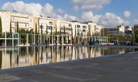 23 Μαΐου 2017 Κτήριο και ουρανός που απεικονίζουν όμορφο να περιβάλει της τετραγωνικής δυναμικής ζώνης Habima Τελ Αβίβ Ισραήλ Στοκ Εικόνα