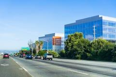 19 Μαΐου 2018 Σάντα Κλάρα/ασβέστιο/ΗΠΑ - τα νέα τετραγωνικά κτίρια γραφείων της Σάντα Κλάρα κατά μήκος του αυτοκινητόδρομου Baysh στοκ φωτογραφίες