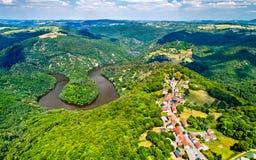 Μαίανδρος Queuille στον ποταμό Sioule στη Γαλλία στοκ φωτογραφίες με δικαίωμα ελεύθερης χρήσης