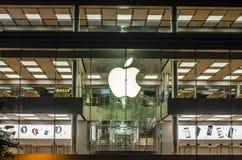 Μαγαζί λιανικής πώλησης της Apple Αγοραστές που δοκιμάζουν τα προϊόντα και τις αγορές της Apple Τοποθετημένος στο διεθνές κέντρο  Στοκ Εικόνες