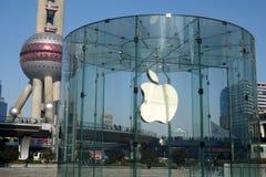 Μαγαζί λιανικής πώλησης της Apple και ασιατικός πύργος TV μαργαριταριών Στοκ Φωτογραφία